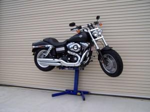 Harley Davidson Fatbob lifted by Big Blue professional